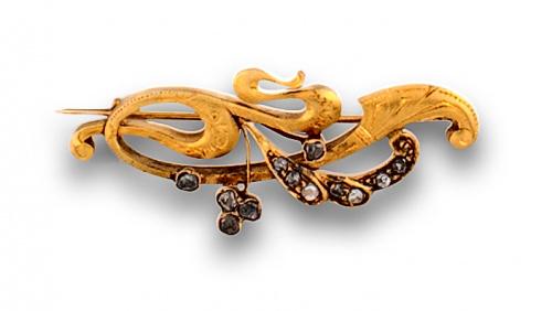 Broche Art Nouveau con ramas de oro mate y diamantes .