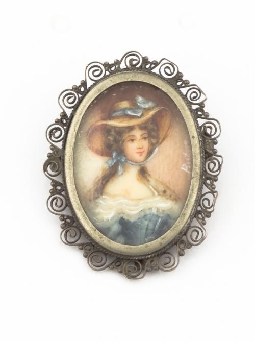 Broche colgante con retrado de dama pintado en marco de pla