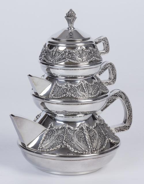 Tres teteras de plata con aplicación de filigrana e interio