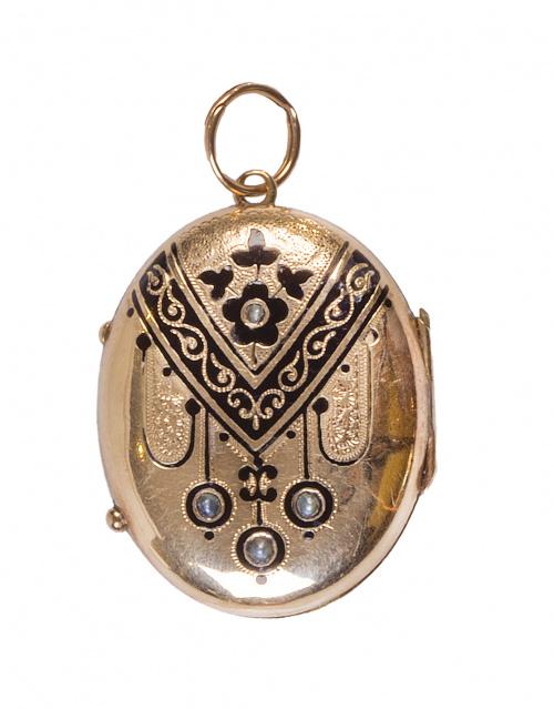 Colgante guardapelo oval de pp. S. XX con decoración grabad