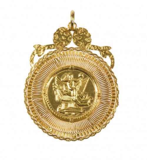 Colgante portugués con medalla central, en marco circular d