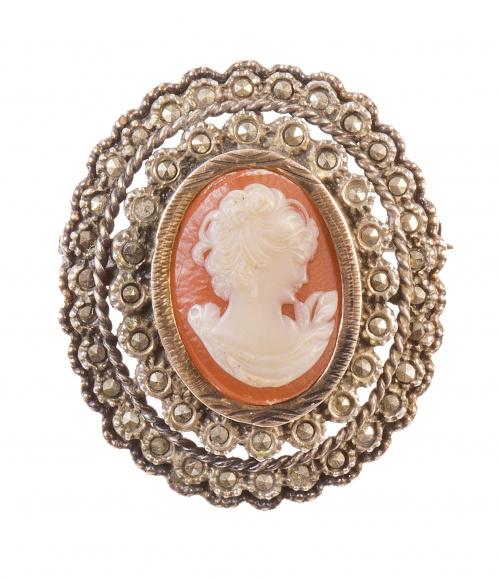 Broche portugués S.XIX con camafeo de dama de concha bicolo
