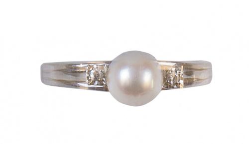 Sortija con una perla flanqueada por un brillante a cada la