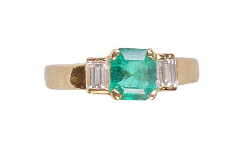 Sortija con esmeralda central entre dos diamantes talla bag