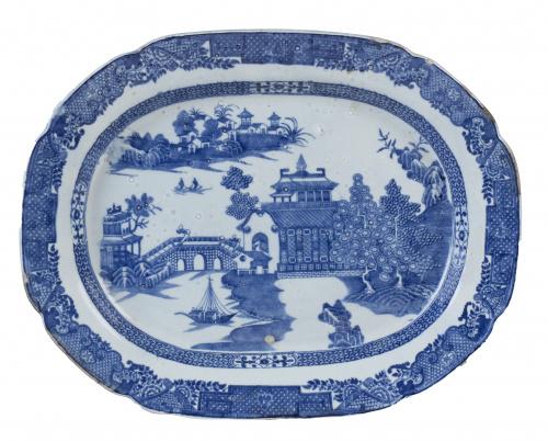 """Fuente en loza estampada, con decoración en azul, de """"willo"""