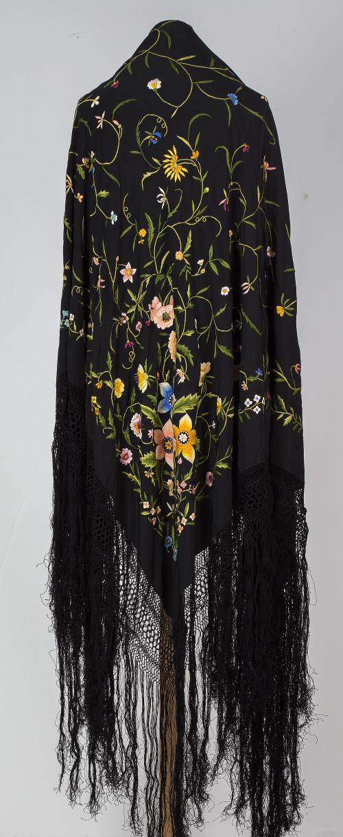 """Mantón de """"Manila"""" en seda negro, bordado con flores en hil"""