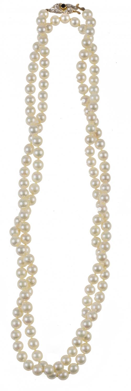 Collar largo de perlas cultivadas con cierre zafiro