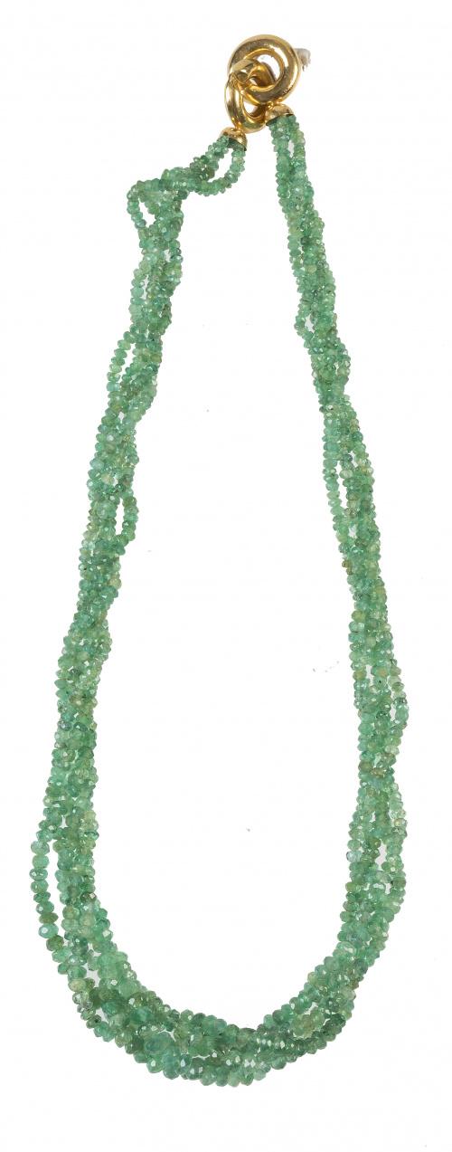 Collar de cinco hilos de esmeraldas facetadas de tamaño cre