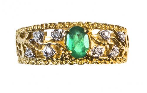 Sortija en forma de banda calada con esmeralda oval entre h