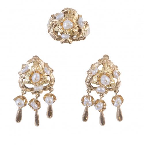 Conjunto de pendientes y sortija con motivos florales, perl