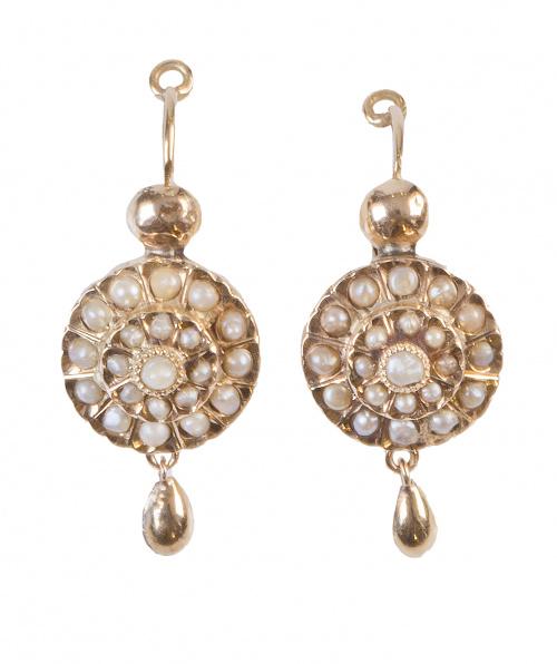 Pendientes S. XIX con rosetón de perlas finas y gota colgan