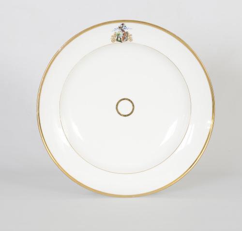 Plato blasonado de porcelana esmaltada y dorada a fuego.Pa