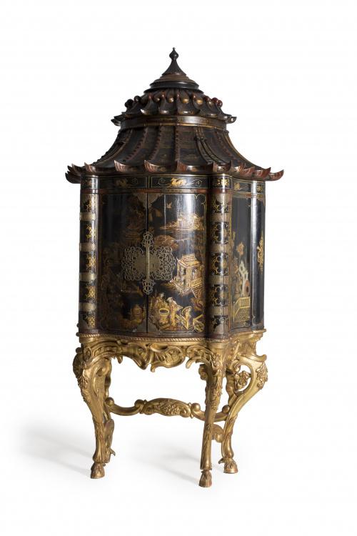 Cabinet en forma de pagoda, en madera lacada en negro con d