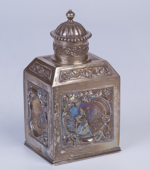 Tea caddy de plata con decoración repujada.