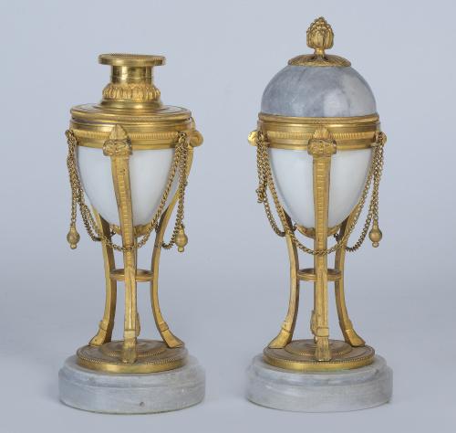 Pareja de candeleros, Luis XVI en mármol, porcelana y monta