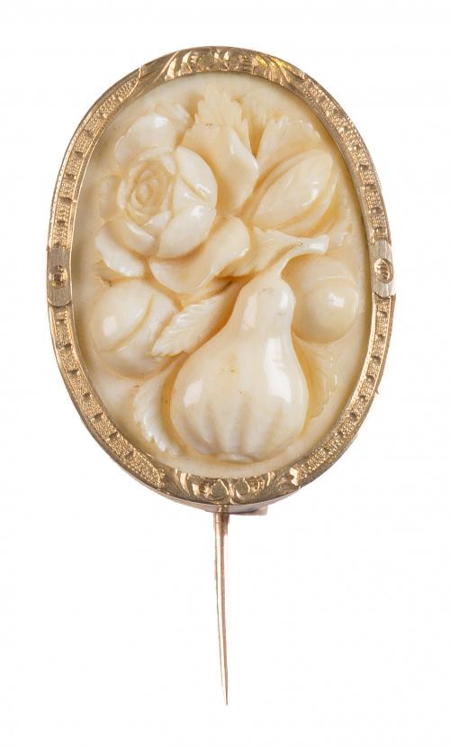 Broche oval S. XIX de marfil tallado con flores y frutos
