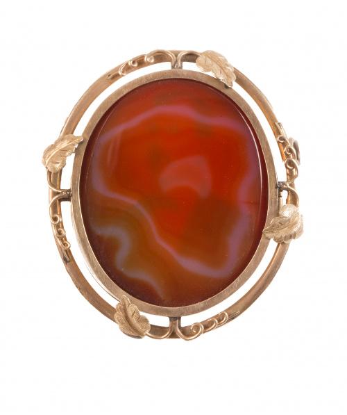 Broche guardapelo S. XIX oval con ágata cornalina en anvers
