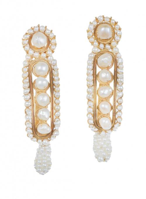 Pendientes largos de perlas de aljófar y filigrana de oro,