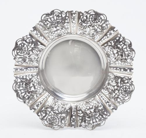 Panera de plata con alero de decoración renacentista. Con m