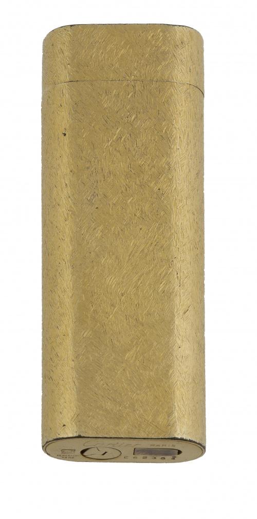 Encendedor CARTIER plaqué or con decoración matizada. E 623