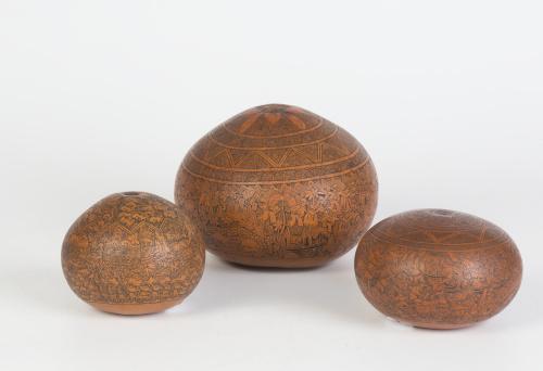 Tres calabazas decorativas con trabajo de burilada desbasta