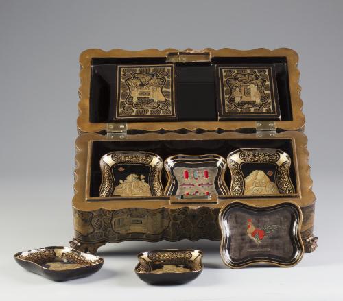 Caja de juego de madera lacada y dorada.Trabajo cantonés