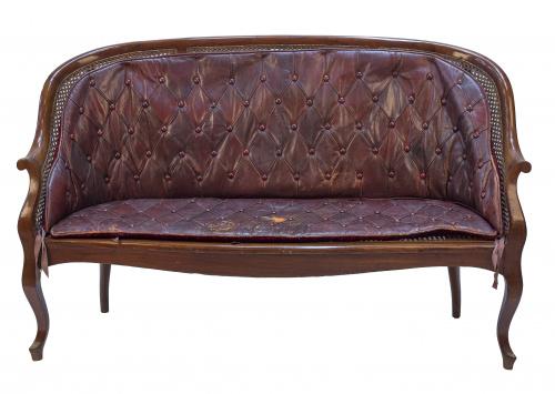 Banco de madera de nogal, con asiento cané y piel granate e