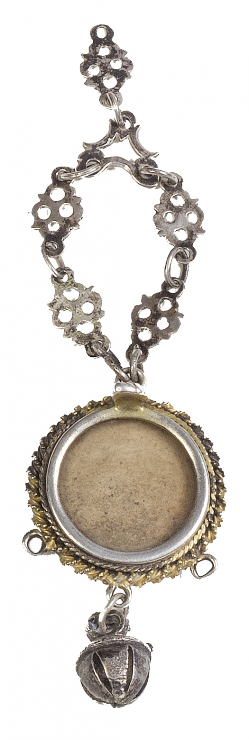 Relicario con amuleto con marco de plata sobredorada a cord
