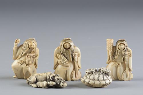 Conjunto de cinco netsukes en marfil tallado, dos con forma