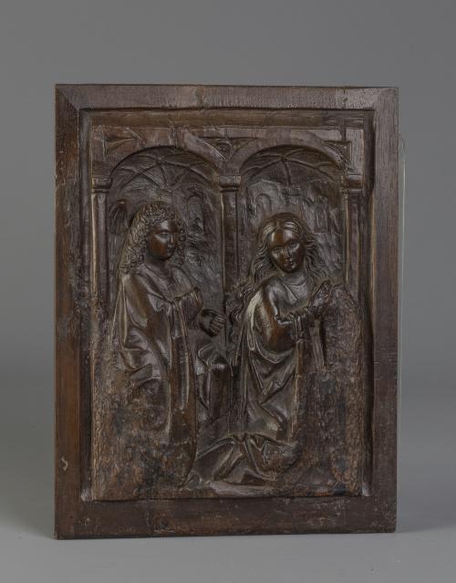 Relieve en madera representando la Anunciación bajo arquite