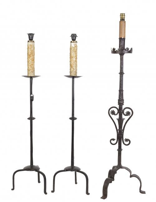 Tres hacheros de hierro con pie de trípode.