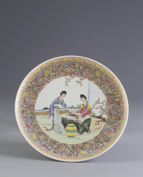 Plato en porcelana esmaltada con escena cotidiana.China,