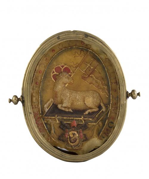 Agnus Dei en cera modelada y policromada con marco de bronc