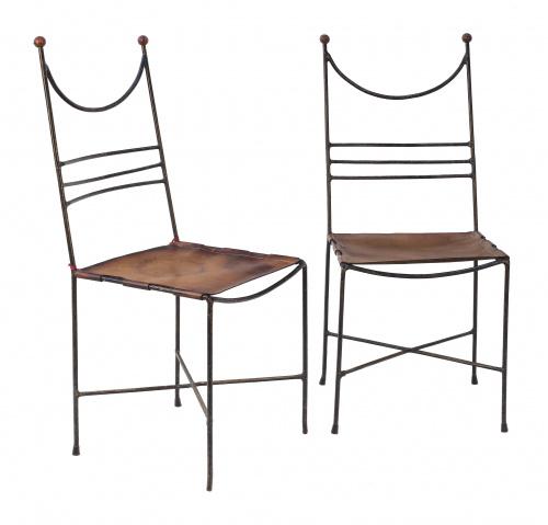 Pareja de sillas con asientos en cuero y metal pintado en n
