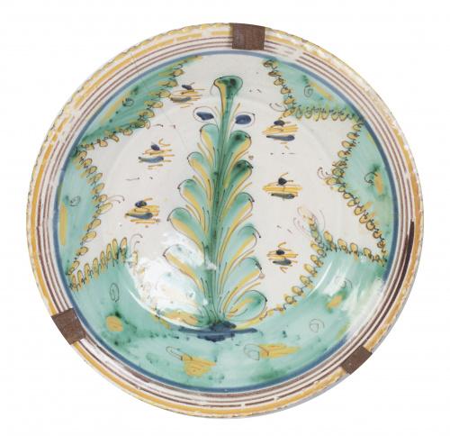 Plato concado de cerámica con decoración polícroma de la se