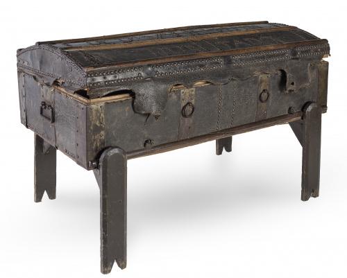Arcón tachonado con alma de madera y tapa medio cañón, con