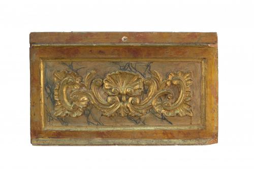 Pareja de remates en madera tallada, policromada y dorada.