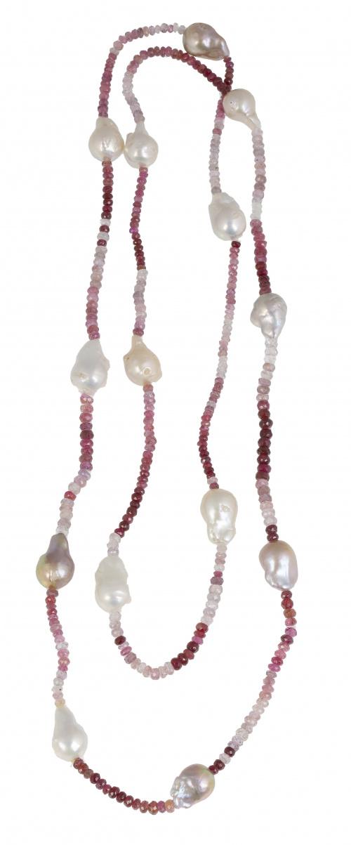 Collar largo de rubíes facetados con perlas barrocas de los