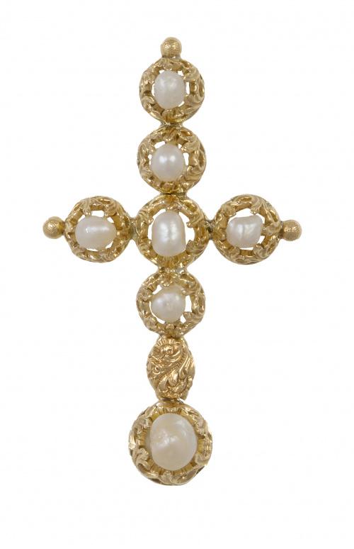 Cruz colgante con perlas barrocas en montura labrada y cala