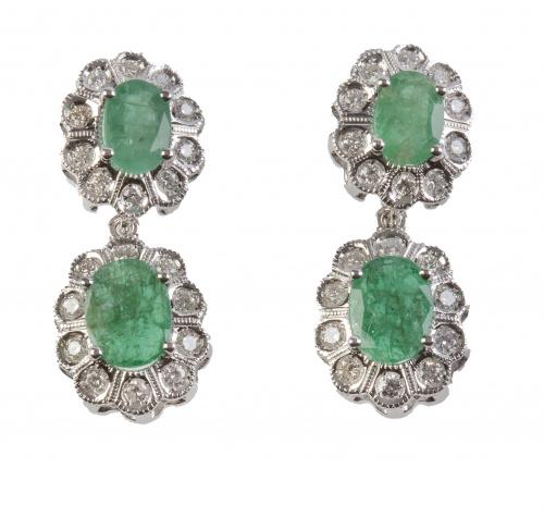 Pendientes con dos rosetones con centro de esmeralda orlado
