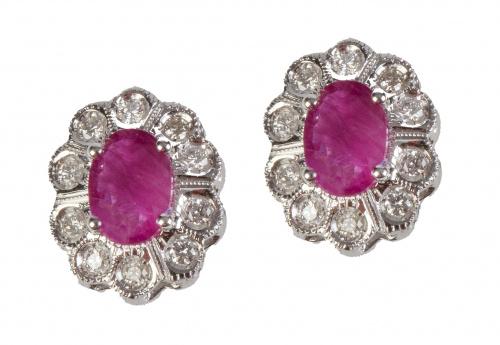 Pendientes con rubí de talla oval orlado de brillantes