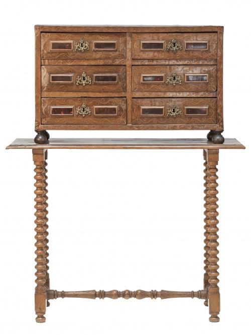 Papelera Carlos II en madera de nogal y carey sobre mesa de