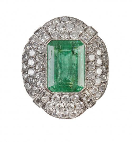Sortija con esmeralda central rodeada por marco oval cuajad