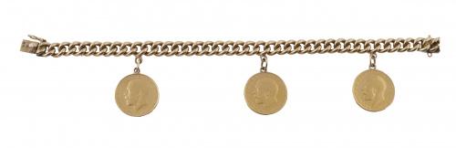 Pulsera de eslabón barbado con tres monedas colgantes de un