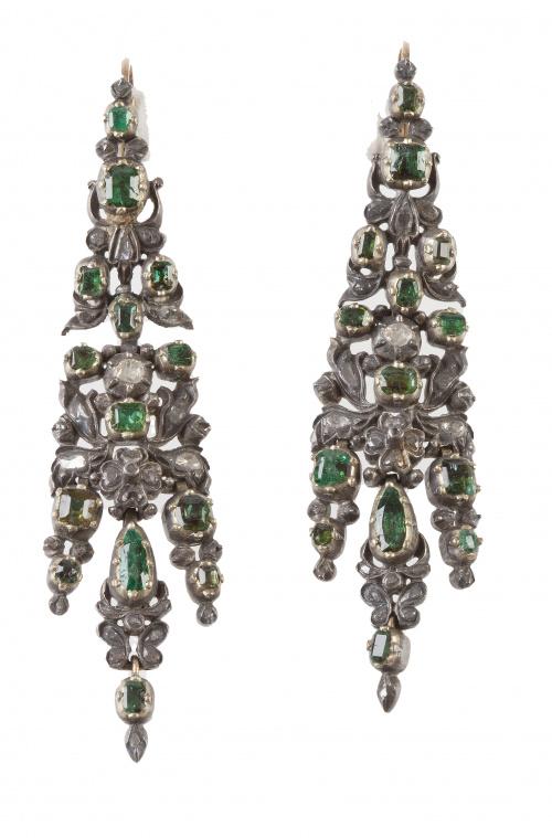 Pareja de arracadas de esmeraldas y diamantes S.XVIII con t