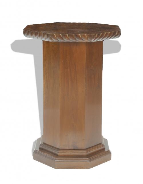 Peana de madera de caoba, de tapa octogonal, S. XX.