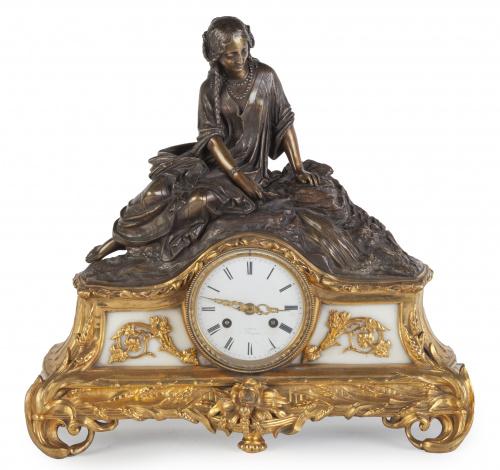 Reloj en bronce dorado y patinado.Trabajo francés. S. XIX
