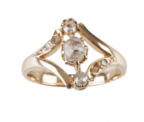 Sortija lanzadera de pp. S. XIX con tres diamantes alineado