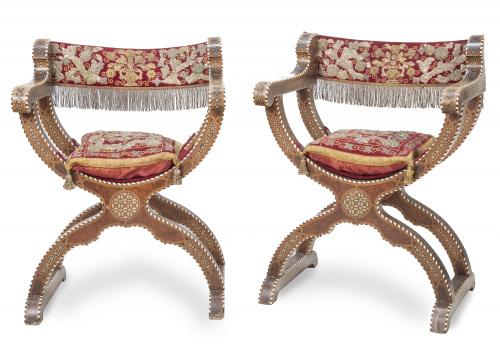 Par de sillas de caderas de madera de nogal y madera de oli