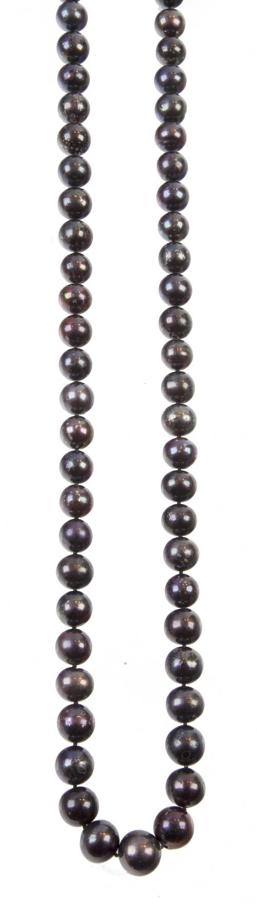 Collar largo de perlas de color negro con cierre de timón e